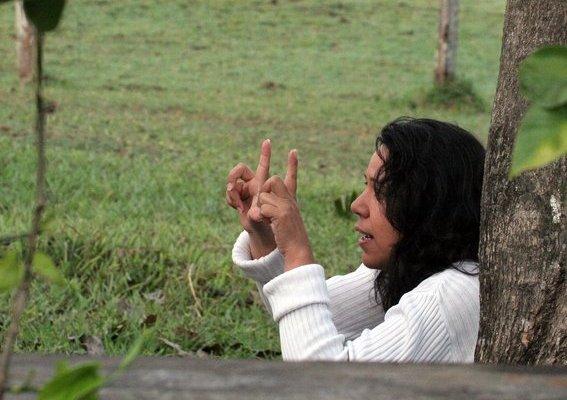 Bárbara filmando no Pantanal Mato-grossense