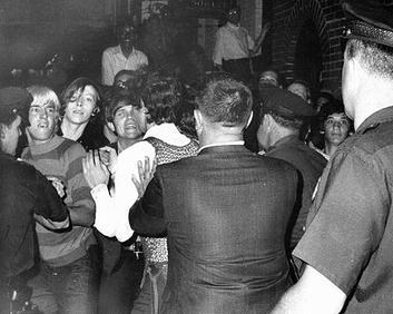 Stonewall_riots_reproduçaoWikipedia